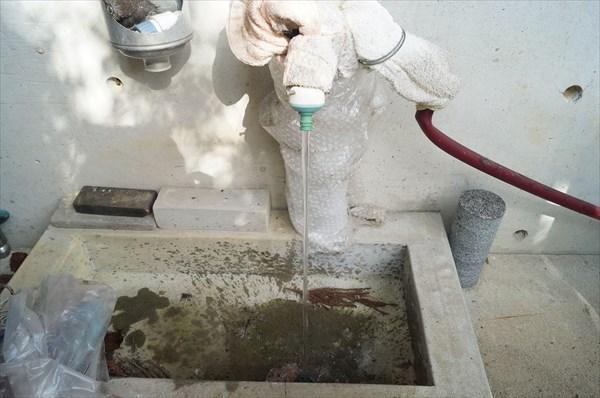水質検査の水の採水の様子
